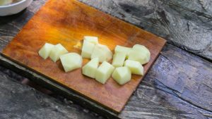 нарезаем картошку в уху