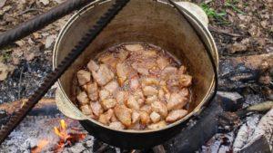 обжариваем свинину в котелке