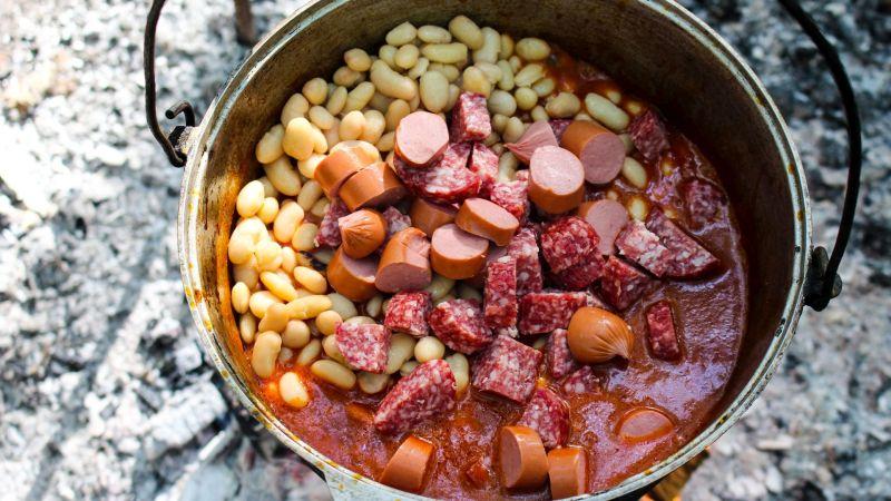 Тушеная фасоль с копчеными колбасками