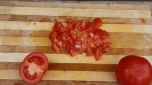 Машхурда нарезаем помидор