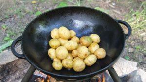 выкладываем молодой картофель в вок