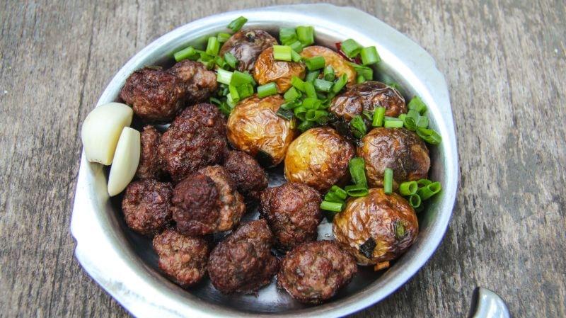 молодой картофель с мясными шариками