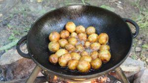 обжариваем молодой картофель в воке