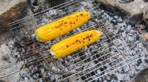 готовая кукуруза на углях