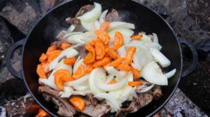 добавляем в вок лук и морковь