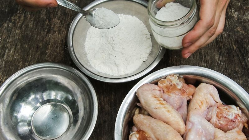 добавляем в муку соль