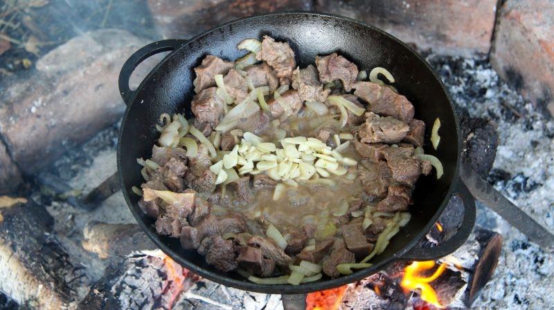добавляем чеснок и соевый соус