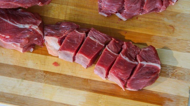 нарезаем мясо для лагмана по уйгурски
