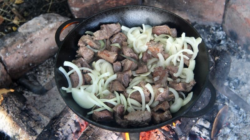обжарка мяса и репчатого лука